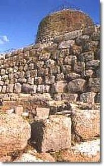 Attorno alla fortezza un villaggio nuragico con capanne circolari e  successive costruzioni a pianta rettilinea che testimoniano una  frequentazione del luogo ... 063c69bde7d